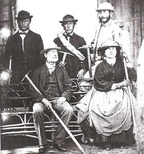 Lucy Walker e il padre Frank. Alle loro spalle, in piedi, alcuni alpinisti e guide della loro spedizione (Photo courtesy of Wikimedia Commons)