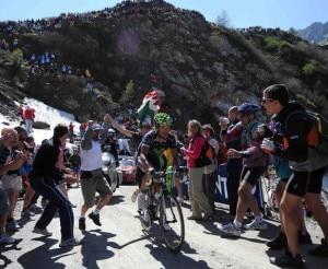 Il passaggio ai 2178 metri del Colle delle Finestre durante il Giro d'Italia 2011 (Photo courtesy of Pagina Facebook Ufficiale del Giro d'Italia)