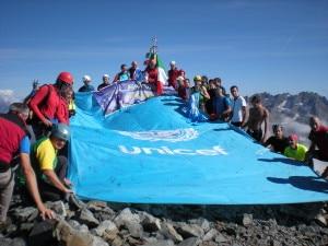 Photo of La bandiera Unicef firmata dai bimbi sventola in vetta al Pizzo del Diavolo di Tenda