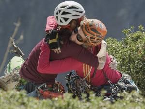 L'abbraccio tra Mayan Smith-Gobat e Libby Sauter dopo aver stabilito il nuovo record sul Nose (Photo Chris Alstrin courtesy of Adidas Outdoor-Pagina Facebook)