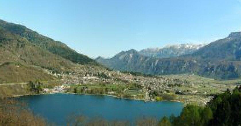 Levico-e-il-lago-photo-Luca-Lorenzi-wikipedia-300x148.jpg
