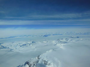 A_view_of_Antarctica's_ice_sheet_and_mountains.jpeg-300x225.jpg