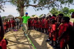 Photo of Slackline con i bambini dello Zimbabwe, il viaggio di Lukas Irmler e Reinhard Kleindl