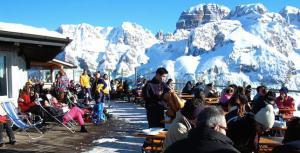 """Photo of Vacanze in montagna senza neve e senza soldi: è crisi. Male gli sport, ma cresce il turismo delle signore """"glam"""""""