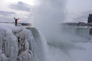 Photo of Arrampicata su ghiaccio, Will Gadd e Sarah Hueniken scalano le Cascate del Niagara