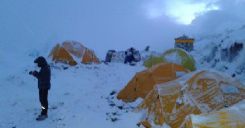 Campo-base-sotto-la-neve-phoho-Lhotse-Expedition-2015-300x225.jpg