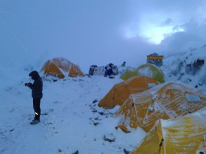 Photo of Vielmo e soci ai piedi di Everest-Lhotse, campo base sotto la neve