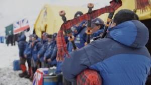 Photo of Everest, anniversario della valanga mortale. Un pensiero ai figli degli Sherpa scomparsi