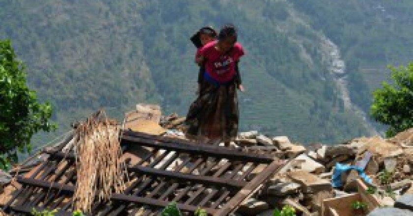 Un-villaggio-distrutto-dal-terremoto-in-Nepal-Photo-AFP-Prakash-Mathema-300x217.jpg