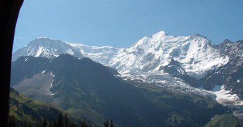 Monte-Bianco-visto-dal-treno-che-porta-alla-via-normale-francese-foto-Franco56-wikipedia-commons-300x205.jpg