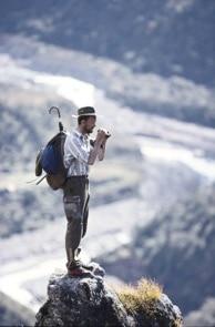 Lo zoologo Sandro Lovari durante una missione in Nepal.