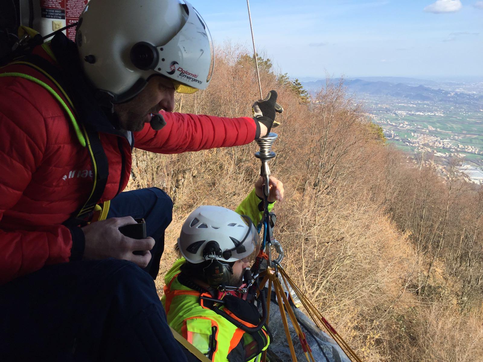 Photo of Pilota precipita con il parapendio, salvato dal Soccorso alpino
