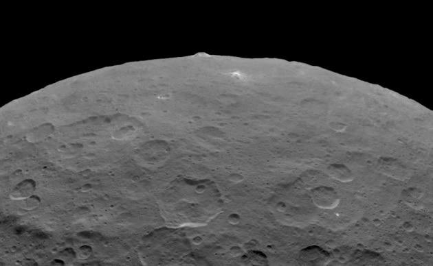 Photo of [:it]La misteriosa montagna sul pianeta nano tra Marte e Giove[:]
