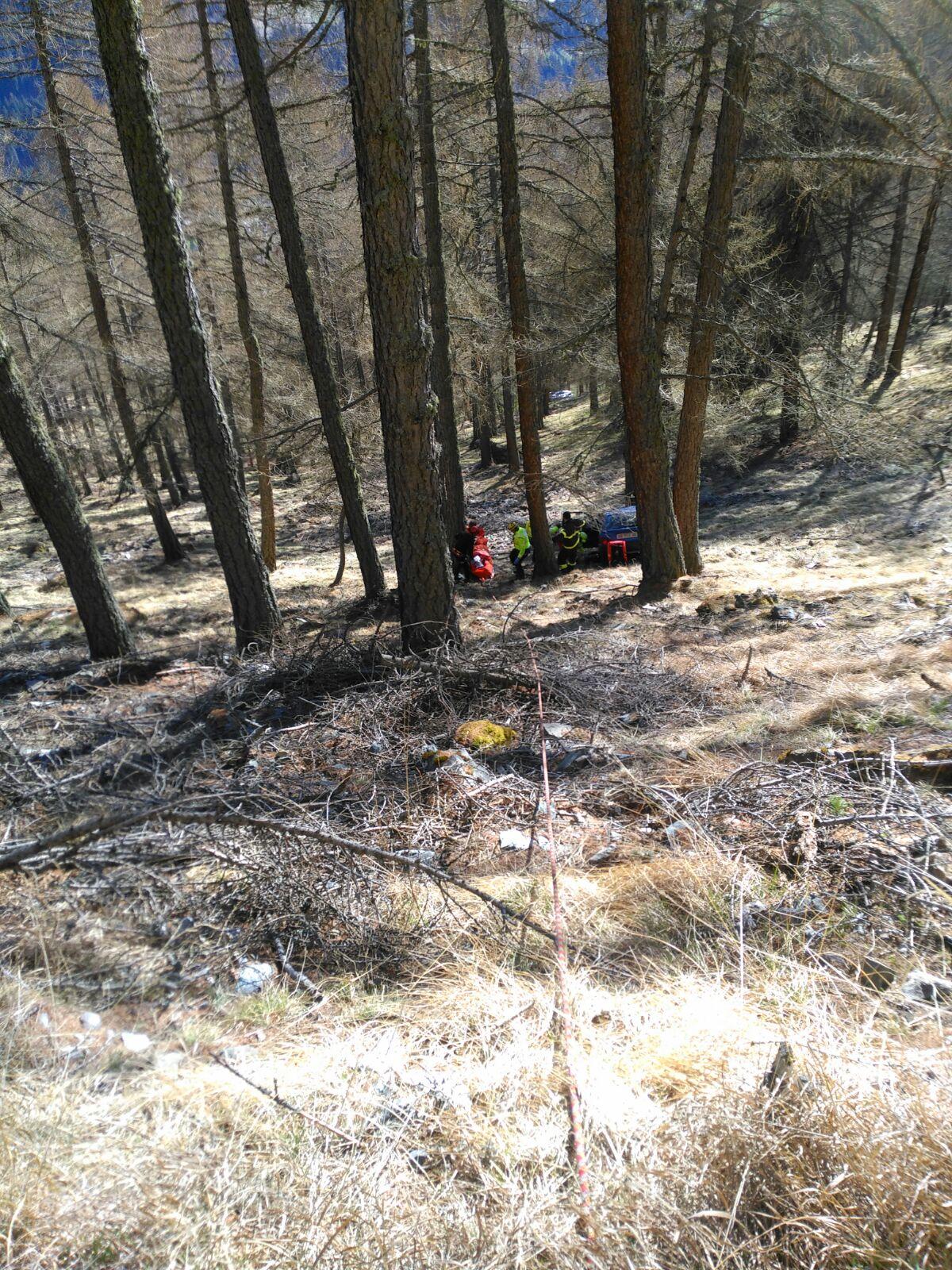 Photo of 62enne finisce con la sua auto contro un albero: salvato dal Soccorso Alpino