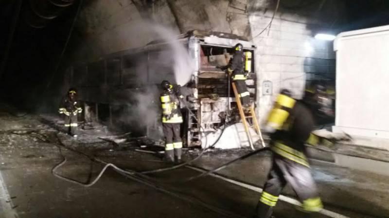 Photo of Tunnel del Gran Sasso, pullman in fiamme con 47 ragazzi a bordo