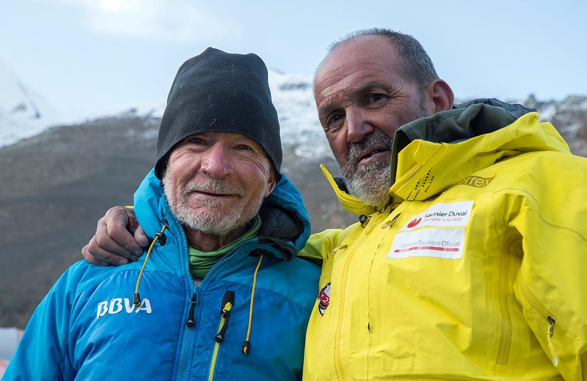Carlos Soria e Juanito Oiarzabal al campo base del Dhaulagiri. Photo courtesy Carlos Soria facebook page