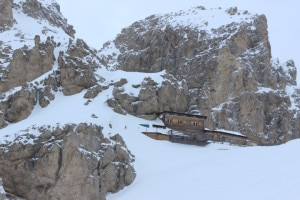 Il Rifugio Passo Principe nascosto fra le rocce