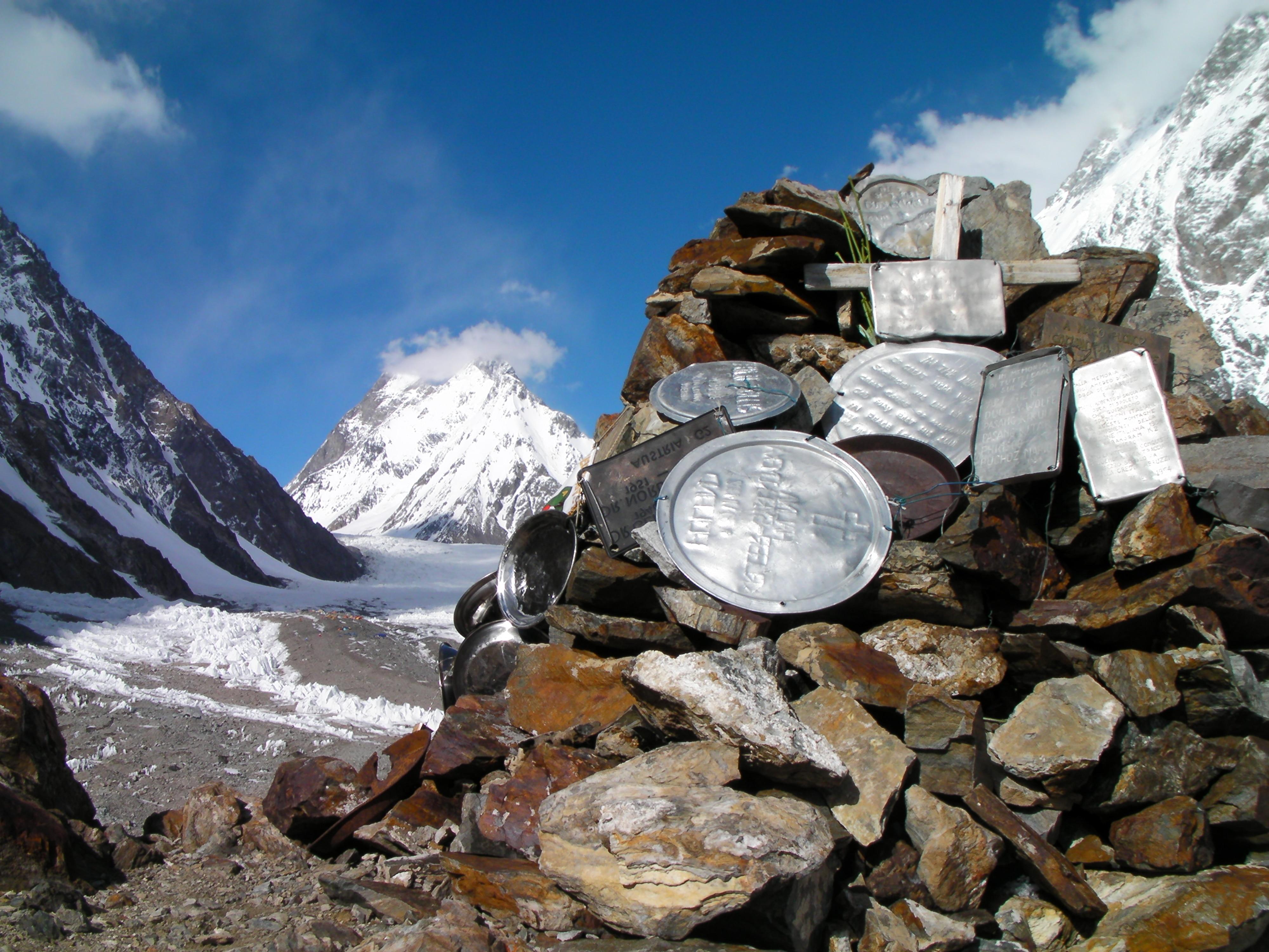 Photo of Al K2 scarpone con cadavere