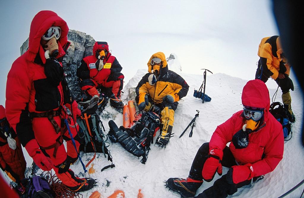 Photo of Mountain Wilderness: le bombole d'ossigeno sono dopanti? Un dibattito su ecologia ed etica nell'alpinismo d'alta quota