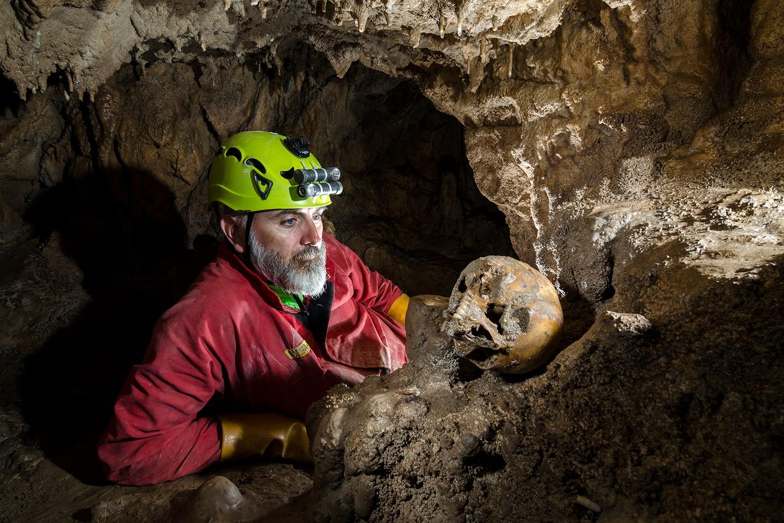 Photo of Speleologi italiani scoprono una misteriosa grotta piena di teschi ed ossa umane in Macedonia