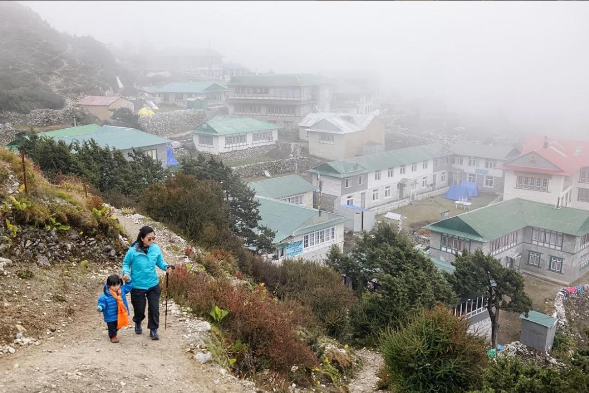 """Photo of Porta la figlia di tre anni fin quasi al campo base dell'Everest: """"Genitori non siate iperprotettivi"""""""
