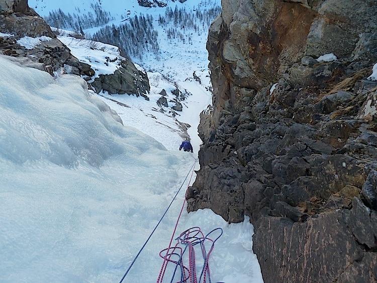 Photo of Bloccata sulla cascata di ghiaccio, passa la notte a 2000 metri
