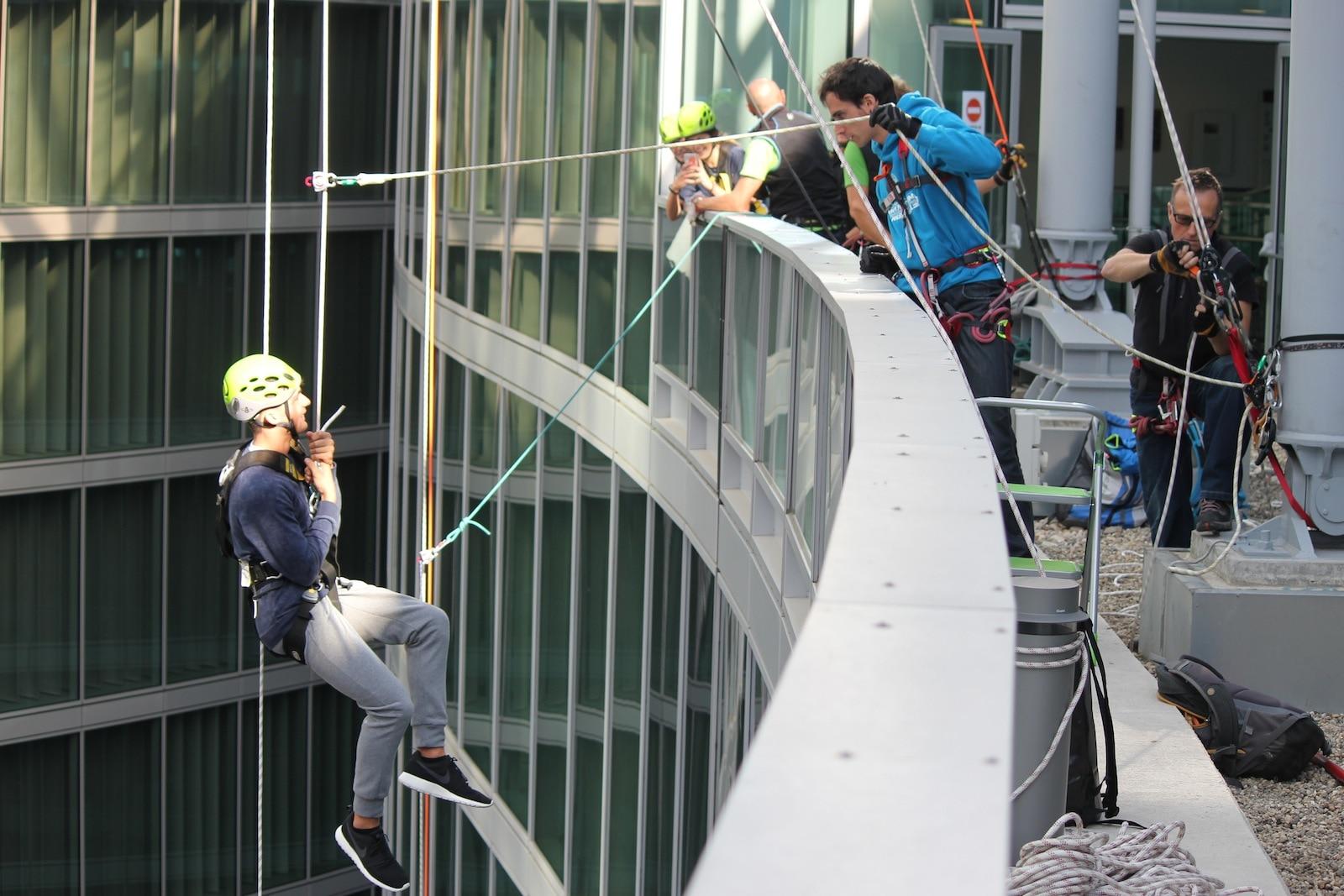 Photo of A Milano ci si cala dal Palazzo della Regione e si arrampica in parete con le Guide Alpine