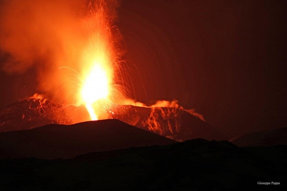 Photo of Seguite in diretta la spettacolare eruzione dell'Etna!