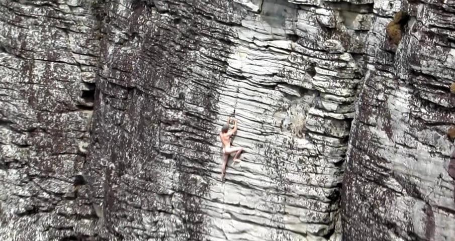 """Photo of Austin Howell e l'arrampicata """"al naturale"""": nè corda, nè scarpette..nè indumenti"""