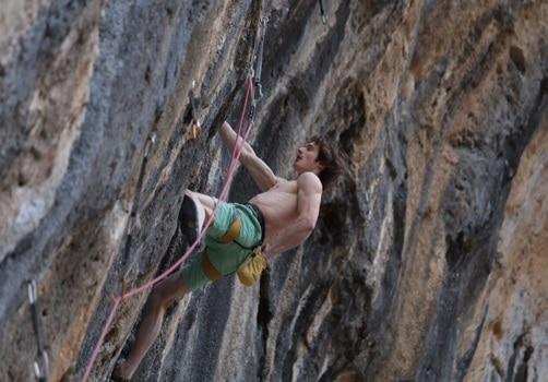 """Photo of Adam Ondra tenta di conquistare il 9b d'Italia e """"scappa"""" in Spagna"""