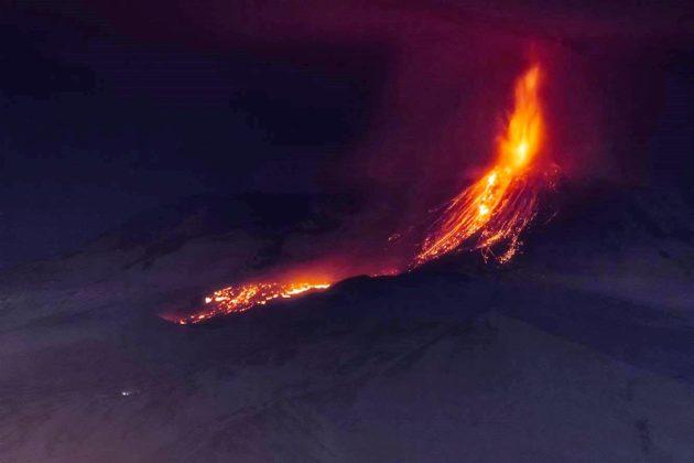 Photo of Esplosione di un cratere dell'Etna, ferite 10 persone
