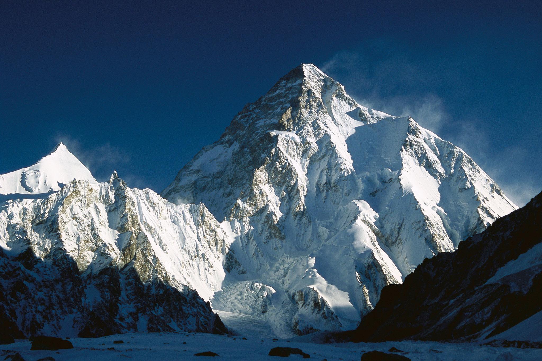 Il K2 conquistato anche d'inverno, ma c'è un decesso