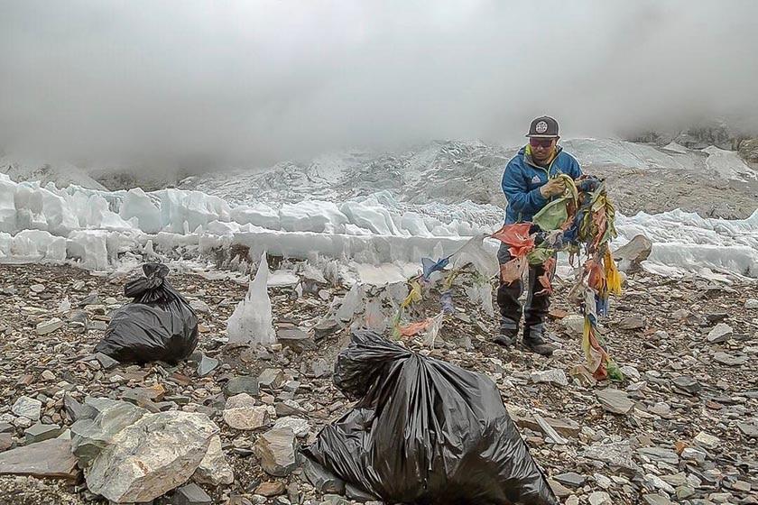 Photo of Everest, mai così tanta spazzatura