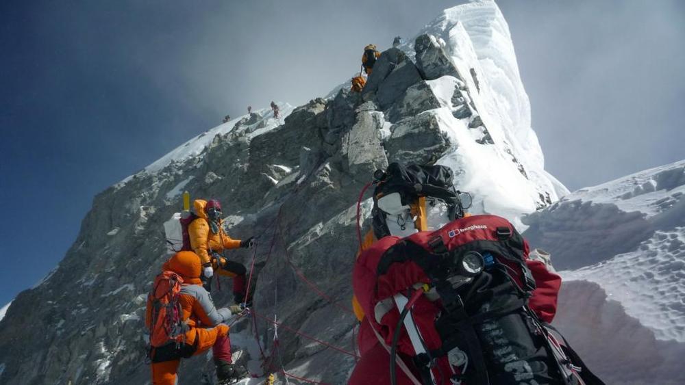 """Photo of """"Everest, la cima delle vanità"""" di Enrico Martinet da La Stampa"""