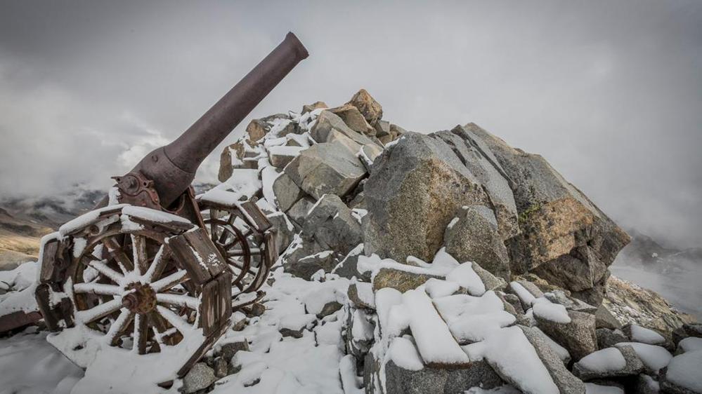 """Photo of """"La guerra bianca"""" Cannoni e trincee sulle cime delle Alpi – di Enrico Martinet"""