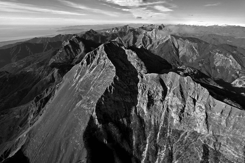 Photo of In Libreria – 110 fotografie in bianco e nero per raccontare le Alpi Apuane