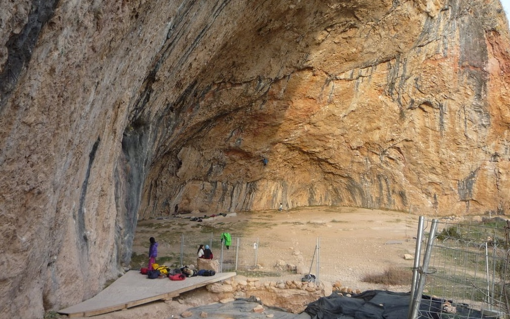 Photo of Trovate incisioni paleolitiche: a rischio chiusura la falesia di Santa Linya in Spagna