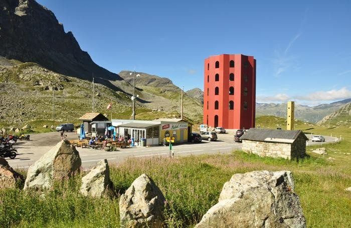"""Photo of Una torre """"Ecomostro"""" rosso sulle Alpi svizzere (ma tranquilli, è temporaneo)"""