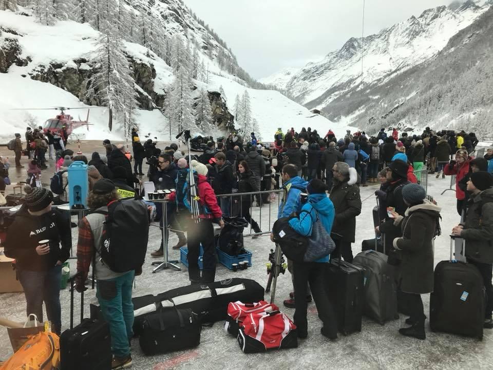 Photo of Fuga da Zermatt: ponte aereo ed una trincea nella neve per liberare 13mila turisti bloccati