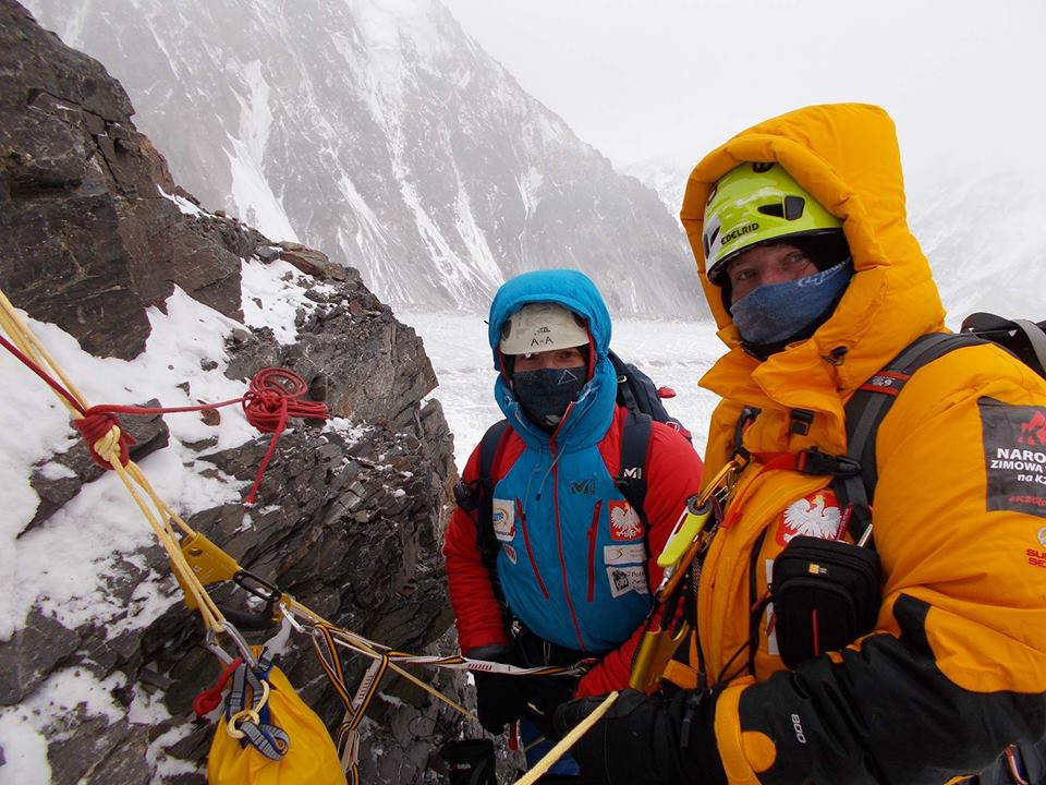 Photo of I polacchi in parete sfidano il vento per arrivare ad allestire Campo 1 a 6200 metri