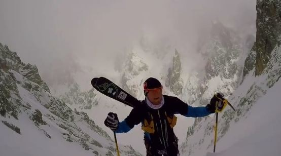 Photo of Denis Trento realizza il concatenamento con gli sci dei canali Bonatti e Aigle sul Petit Mont Blanc