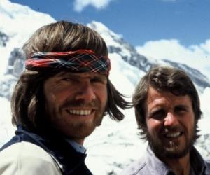 Photo of Messner e Habeler in vetta al Tetto del Mondo per la prima volta senza ossigeno
