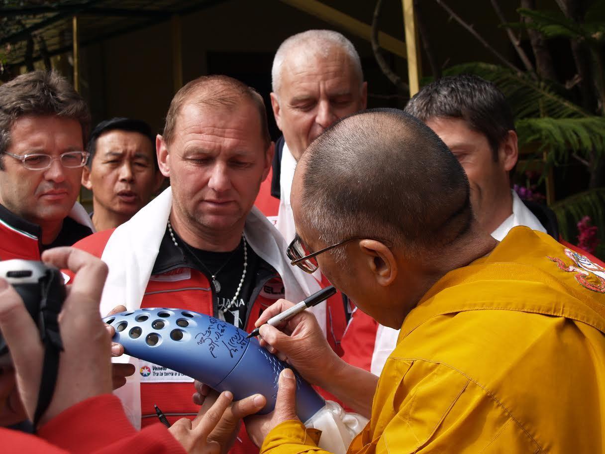 Photo of La torcia olimpica firmata dal Dalai Lama va all'asta