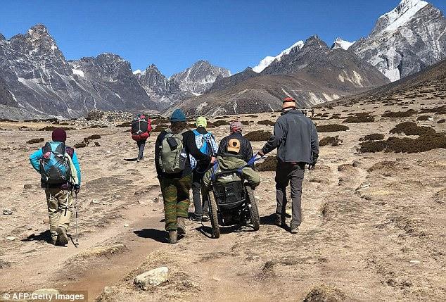 Photo of Raggiunge il Campo Base dell'Everest in sedia a rotelle e camminando sulle mani