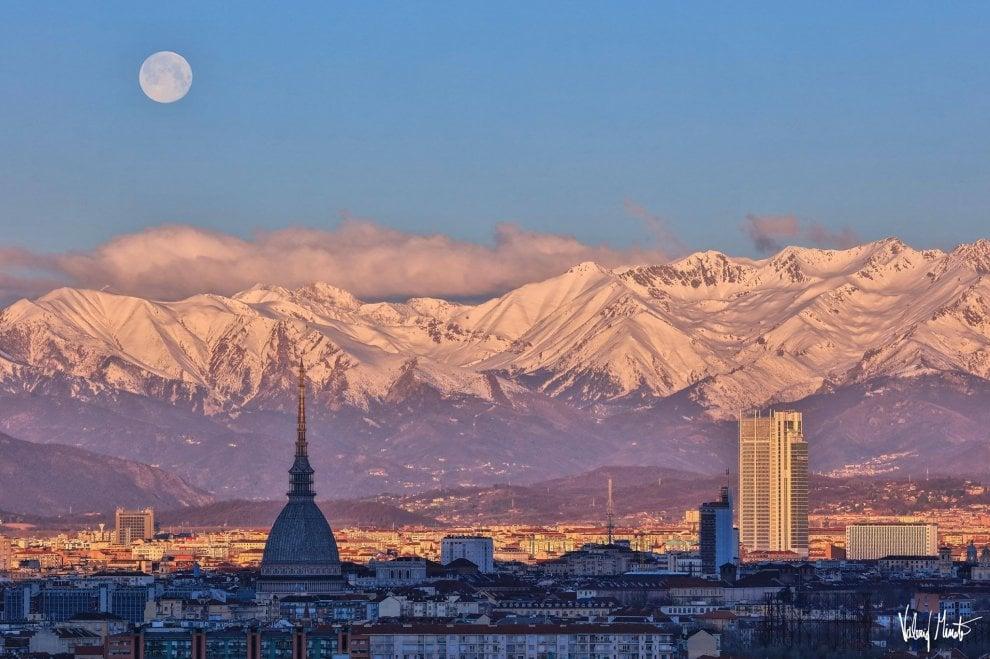Photo of La luna che accarezza le Alpi sopra Torino, le foto mozzafiato
