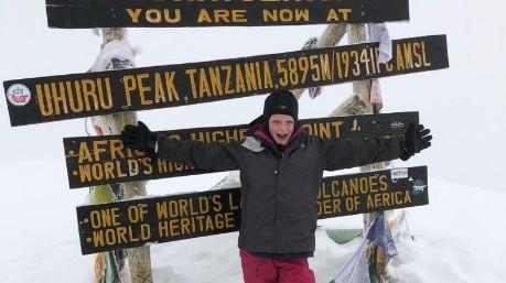 Photo of A 7 anni scala il Kilimanjaro in memoria del padre e stabilisce un nuovo record
