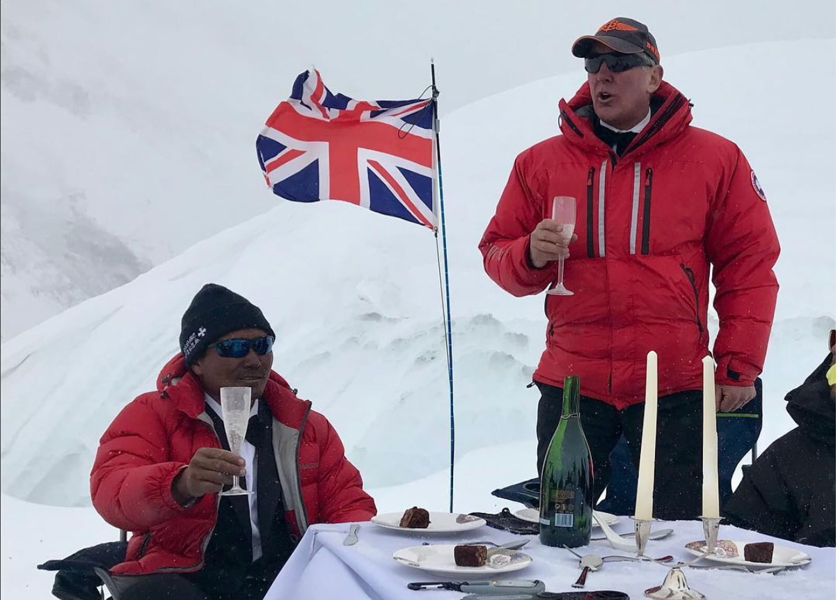 Photo of Everest sempre da record: Guinness per la cena più alta del mondo