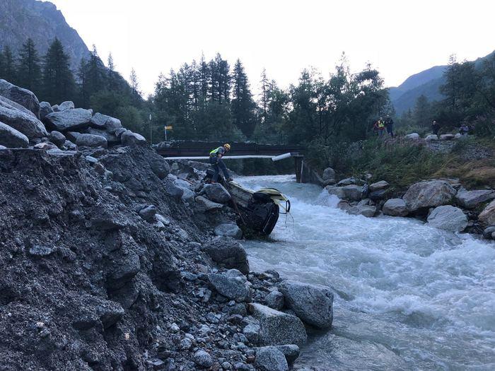 "Photo of Val Ferret, 25mila metri cubi di detriti franati. I testimoni: ""Sbalzati nel torrente"""