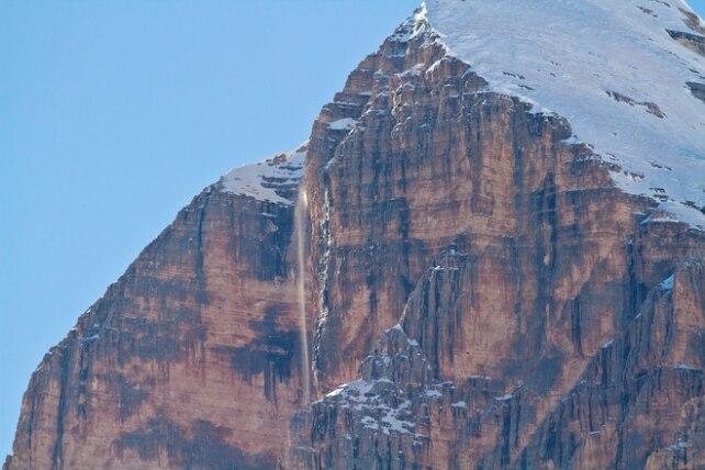 Photo of Dopo la neve a Cortina riappare la cascata della Tofana di Rozes