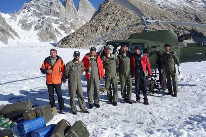 Photo of Decorati da Vladimir Putin i quattro piloti pakistani che hanno salvato Gukov sul Latok I
